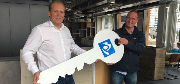 Johan Verweij ontvangt de sleutel uit handen van projectcoördinator Steven van der Sloot