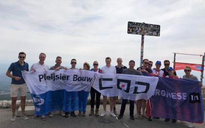 Collega's bedwingen de Mont Ventoux voor het KWF